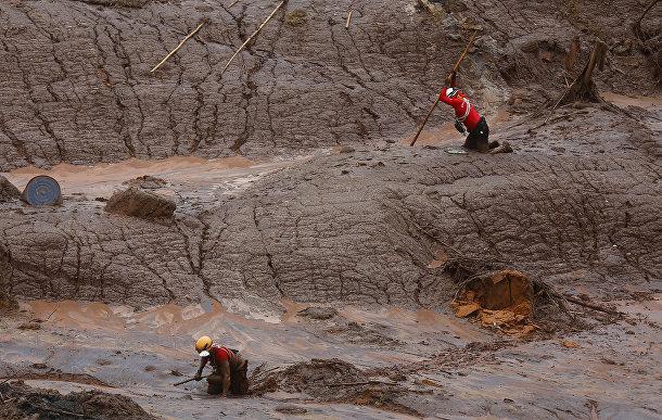 Поиск жертв на месте обрушения дамбы в городе Мариана, Бразилия