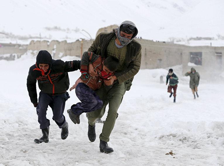 Выжившие во время схода лавины в провинции Панджшир в Афганистане