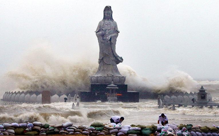 Волны, вызванные тайфуном «Дуцзюань», бушуют вокруг статуи бодхисаттвы Авалокитешвары в Цюаньчжоу