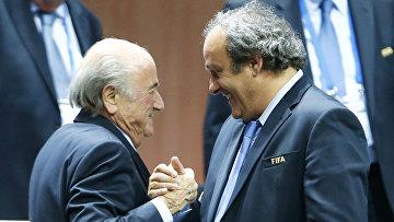 Президент УЕФА Мишель Платина поздравляет Зеппа Блаттера с переизбранием на пост главы ФИФА, 29 мая 2015 года