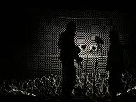 Венгерские солдаты патрулируют забор на границе с Хорватией