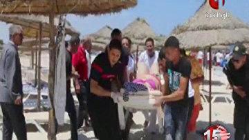 Эвакуация постадавших с пляжа в Тунисе