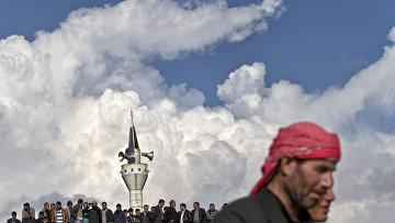 Курды собрались на крыше мечети во время митинга в поддержку Кобани, городе Чайкара в Турции