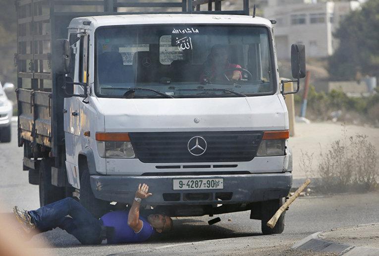 Палестинец на грузовике сбивает израильтянина во время столкновений в городе Хеврон
