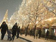 Жители гуляют на Красной площади у здания ГУМа