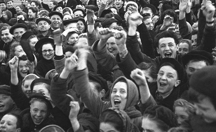 Москвичи на Красной площади утром 9 мая 1945 года