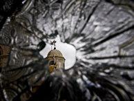Поврежденная во время обстрела церковь в Седнае, Сирия