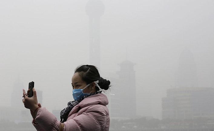 Девушка делает селфи во время сильного смога в Шанхае