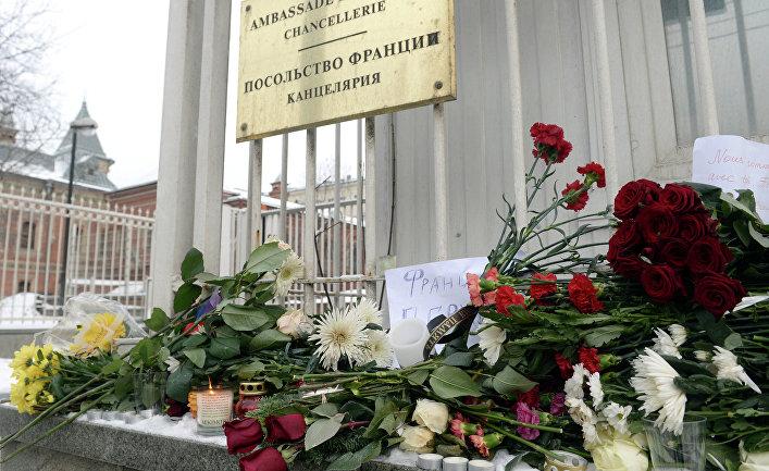 К посольству Франции в Москве несут цветы и свечи