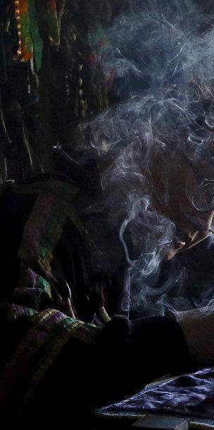 Вячеслав Арапчор, шаман из общества «Дунгур», предсказывают судьбу клиенту