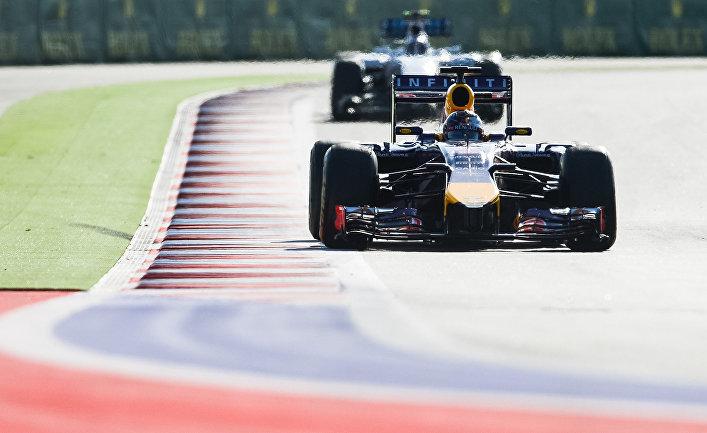 Болиды на трассе в гонке на российском этапе чемпионата мира по кольцевым автогонкам в классе «Формула-1»