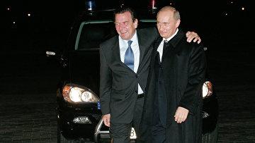 Владимир Путин и Герхард Шредер у входа в Константиновский дворец