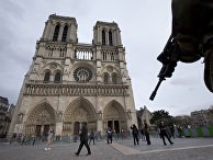 Солдат патрулирует площадь перед собором Парижской Богоматери в Париже