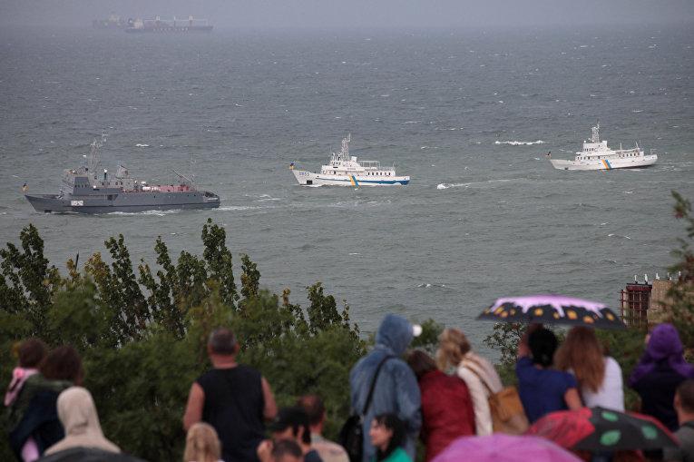 Украинские военные корабли проходят мимо набережной в Одессе