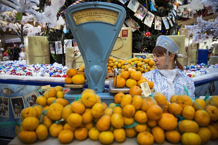 Продавщица в костюме Снегурочки в ГУМе