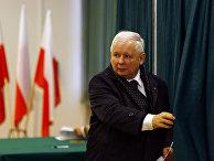 Лидер партии «Право и справедливость» Ярослав Качиньский голосует на парламентских выборах