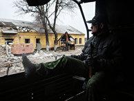 Ополченцы Донецкой народной республики (ДНР) едут на позиции недалеко от поселка Пески