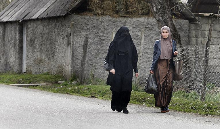 Женщины на улице в деревне Дуси в Панскисском ущелье, Грузия