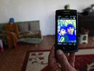 Родственники Муслима Куштанашвили из поселка Дуиси в Панкисском ущелье, уехавшего воевать в Сирию в составе «Исламского государства», показывают его фотографию на экране телефона