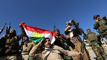 Бойцы курдских формирований пешмерга и вооруженных отрядов езидов входят в город Синджар