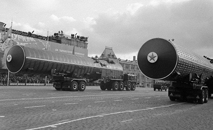 Межконтинентальные баллистические ракеты принимают участие в параде на Красной площади