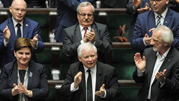 Лидер партии «Право и справедливость» Ярослав Качиньский и премьер-министр Польши Беата Шидло аплодируют после принятия нового закона о суде в польском парламенте