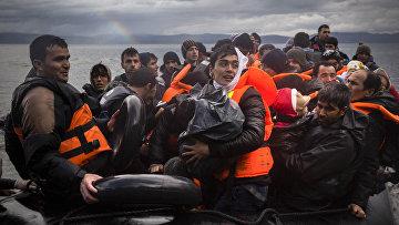 Беженцы высаживаются на берег на острове Лесбос