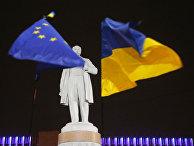 Флаги Евросоюза и Украины на фоне памятника Тарасу Шевченко во время протестов в Киеве