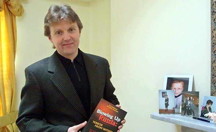 Александр Литвиненко со своей книгой
