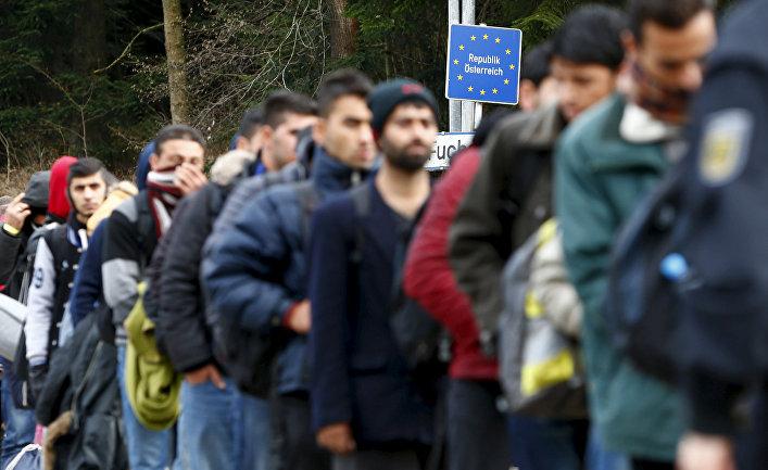 Беженцы переходят границу Германии и Австрии