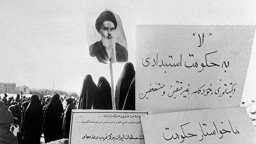 Женщины с портретом аятоллы Хомейни на антиправительственной демонстрации в Тегеране в 1978 году