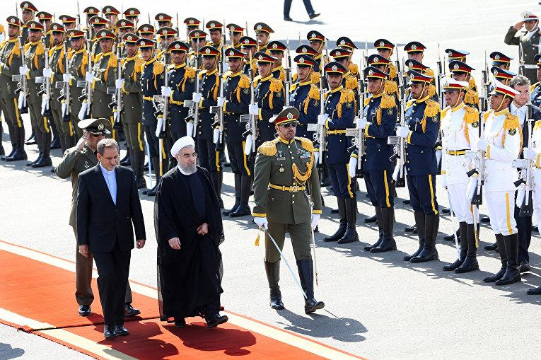 Президент Ирана Хасан Рухани и вице-президент Эсхак Джахангири в аэропорту Тегерана после возвращения Рухани с Генассамблеи ООН