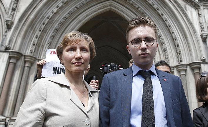 Марина и Анатолий Литвиненко выходят из здания Королевского суда в Лондоне