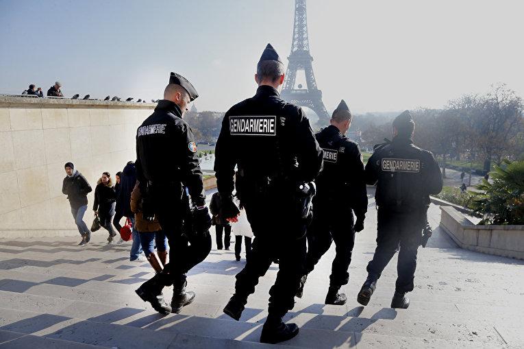 Французские полицейские патрулируют улицы рядом с Эйфелевой башней