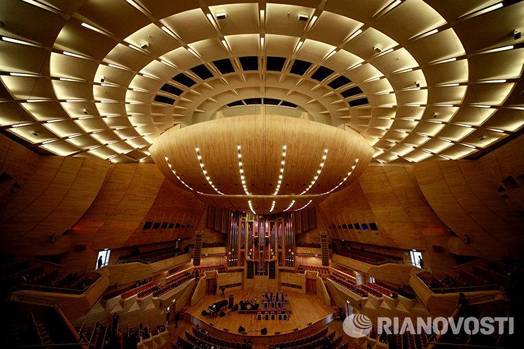 Вид на сцену Светлановского зала Московского международного Дома музыки в Москве