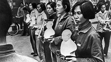 Репродукция фотографии китаянок с бюстами Мао Цзэдуна