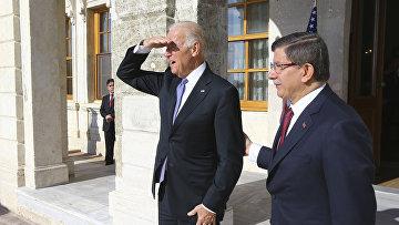 Премьер-министр Турции Ахмет Давутоглу и вице-президент США Джо Байден во время встречи в Стамбуле