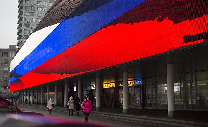 Флаг России на улице в центре Москвы