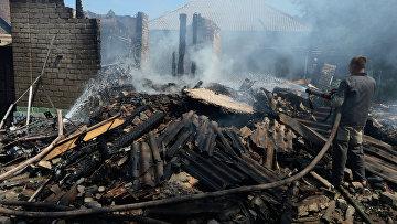 Разрушенные частные дома в результате артиллерийского обстрела Горловки