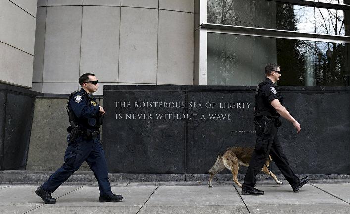 Охрана патрулирует здание суда, в котором проходит слушание дела Орегонских ополченцев