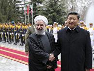 Председатель КНР Си Цзиньпин пожимает руку президенту Ирана Хасану Рухани