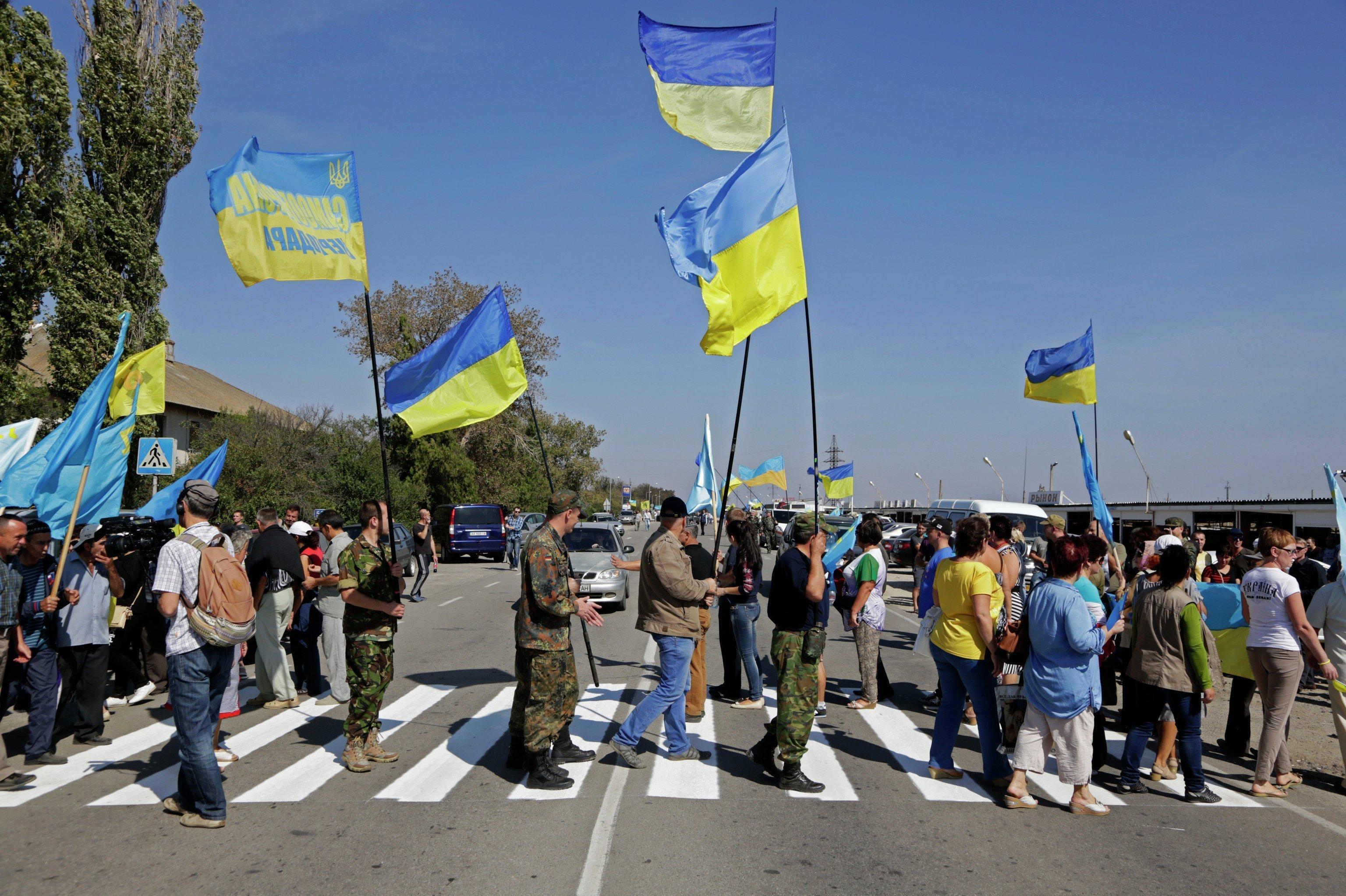 Фурам из России закрыли проезд: активисты ждут провокаций, а местные несут борщ в бидонах