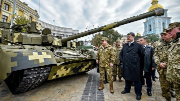 Министр обороны Украины Степан Полторак и президент Украины Петр Порошенко на выставке военной техники, приуроченной ко Дню защитника Украины