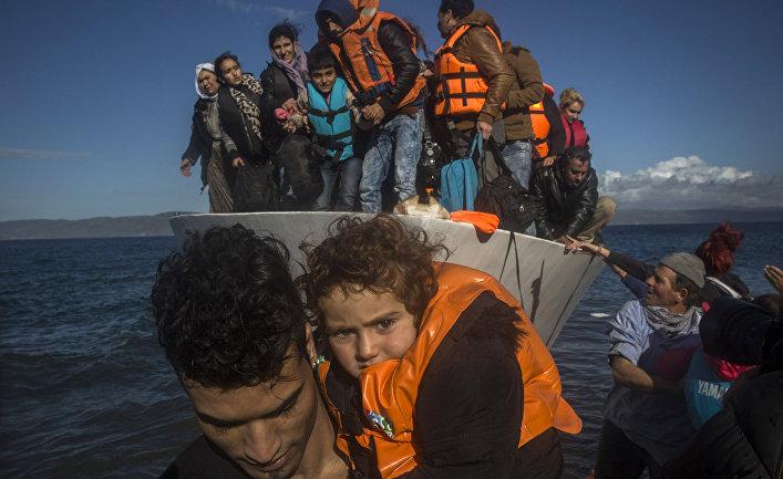 Беженцы прибывают из Турции на остров Лесбос