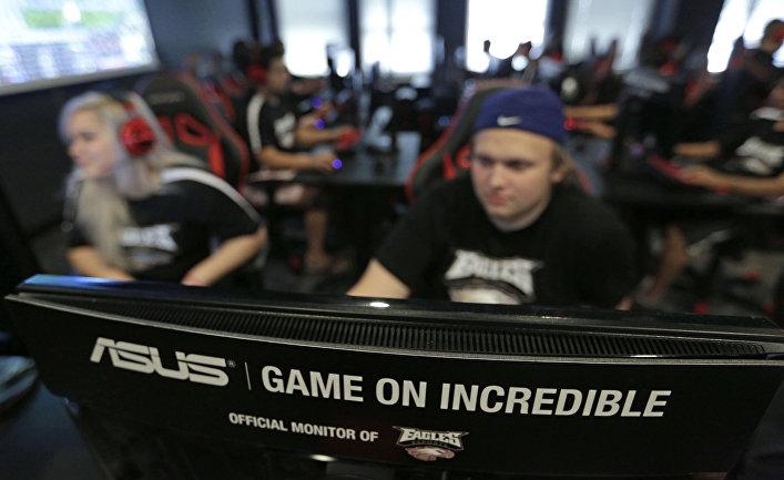Студент университета в Иллинойсе тренируется в видеоиграх со своей командой
