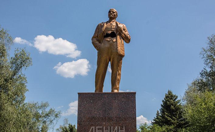 Памятник Ленину, пробитый осколками, в Шахтерске Донецкой области