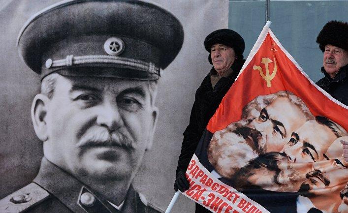 Участники пикета ЛКСМ в честь дня рождения Сталина