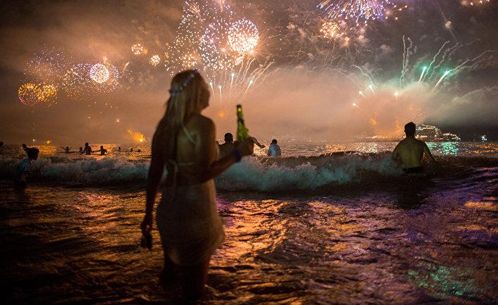 Салют в новогоднюю ночь в Рио-де-Жанейро, Бразилия