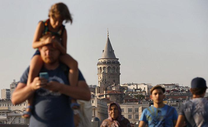 Туристы гуляют на фоне достопримечательностей в Стамбуле