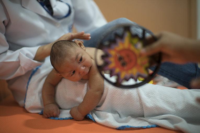 Трехмесячный Даниил, родившийся с микроцефалией, проходит курс физиотерапии